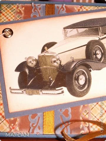 """Доброго всем времени суток! Здравствуйте, дорогие мои гости и друзья!!! Снова я к вам и снова с открыточками. Наверное, наступила пора мужских дней рождения, и в моем славном окружении все взялись заказывать мне открыточки (это плюс - у меня есть заказики!!!). На просторах любимого всеми нами интернета я нашла замечательную фотографию с мужской открыткой ручной работы (правда, ссылочку на сайт я не нашла, было просто фото), открыточка мне понравилась, я показала предполагаемый вариант заказчице (точно также я бы не сделала, да и не старалась). Ей тоже понравилось, и у меня родилась вот такая открыточка: с машинной строчкой """"зигзаг"""", с   авто (между прочим """"Лексус"""", не хухры-мухры), с перетяжкой из суровой нитки, цветочком с сердцевиной из пуговицы и со значком """"ручная работа"""".  Вот и она, смотрите.. Мне, так очень нравится!!! фото 10"""