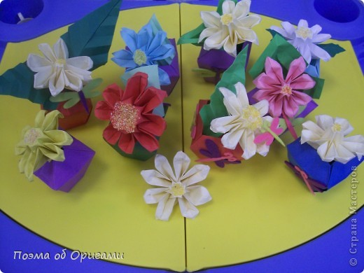 Эта ваза – модель знаменитого слепого оригамиста – Сабуро Казе. Ромашку придумал не менее известный автор – Сергей Афонькин. И цветок и ваза сложены из квадратов одной величины. Дополнительно понадобится еще один зеленый квадрат для стебля. Таким образом, для одной поделки потребуется три квадрата 20х20см. фото 42