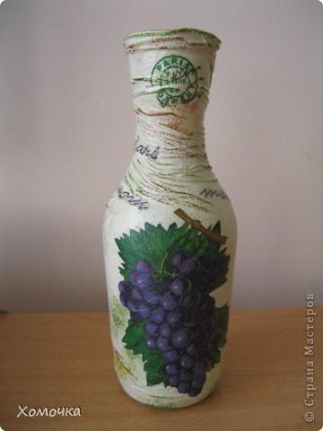 Еще одна ваза из бутылки. Очень понравилась салфетка, но при работе обнаружился недостаток - краска немного размазывается. Хотя клеится удобно фото 1