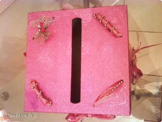 Была просто розовая подарочная коробка, которую попросили украсить. Взяла  ленточки атласные и из органзы, елочные серебристые бусы, продела их сначала в дырочки на крышке, а потом стала разводить по бокам, также продевая в дырочки, завязала бантами, чем зафиксировала крышку. фото 4