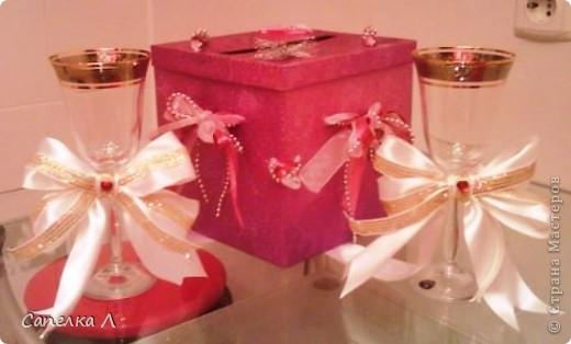 Была просто розовая подарочная коробка, которую попросили украсить. Взяла  ленточки атласные и из органзы, елочные серебристые бусы, продела их сначала в дырочки на крышке, а потом стала разводить по бокам, также продевая в дырочки, завязала бантами, чем зафиксировала крышку. фото 5