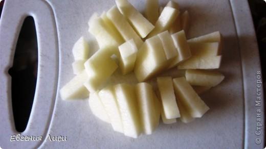 Давно не делала такой супчик, а сегодня готовлю и хочу поделиться с вами рецептом. Просмотрела здесь 167 кулинарных страниц - такого не нашла (и по поиску тоже). Может просмотрела, тогда извините. Ну напомню может быть кому.  Итак: сыр колбасный,копченый; картофель, лук, морковь, зелень, томат или свежие помидорки, мука, соль; замороженные мясные остатки с праздничного стола или сосиски, или др. колбасные изделия, или без них.  фото 3