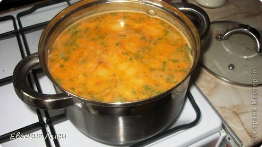 Давно не делала такой супчик, а сегодня готовлю и хочу поделиться с вами рецептом. Просмотрела здесь 167 кулинарных страниц - такого не нашла (и по поиску тоже). Может просмотрела, тогда извините. Ну напомню может быть кому.  Итак: сыр колбасный,копченый; картофель, лук, морковь, зелень, томат или свежие помидорки, мука, соль; замороженные мясные остатки с праздничного стола или сосиски, или др. колбасные изделия, или без них.  фото 7