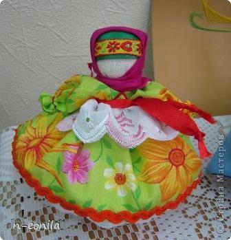 Демьяночка Кукла срочно выполнялась для выставки.Почему 2 -это вторая кукла с таким именем.Голубой цвет - вода. Рядом озера Селигер и Велье. Ромашковые поля. Много яблок и грибов. фото 4