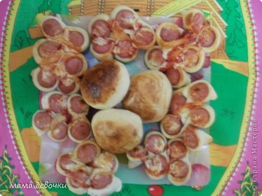 Муж и дочь очень любят выпечку, вот решила побаловать! Сегодня просто намазала кетчупом с майонезом, а из остатка теста сделала плюшку и намазала майонезом! а вот МК  http://stranamasterov.ru/node/43998?c=favorite  Угощайтесь!