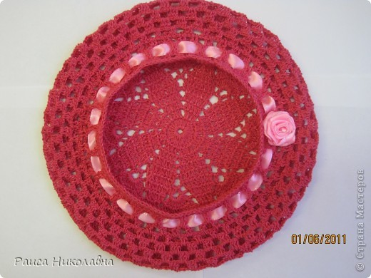 Берет украшен лентой и розочкой. фото 1