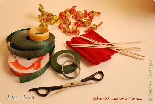 Для букета нам понадобится: конфеты, ножницы, палочки-шпажки, скотч, декоративная лента, корзинка, пенопласт или оазис, гофрированная бумага и тейп-лента, которую можно заменить цветной изолентой или скотчем. фото 1