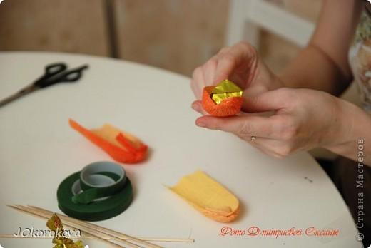 Для букета нам понадобится: конфеты, ножницы, палочки-шпажки, скотч, декоративная лента, корзинка, пенопласт или оазис, гофрированная бумага и тейп-лента, которую можно заменить цветной изолентой или скотчем. фото 2