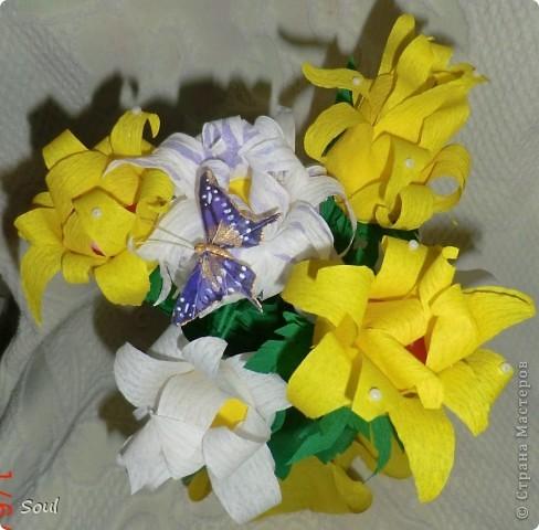 """Здравствуйте всем! Приготовила подарок хорошему человеку и в дополнение решила сделать конфетный букетик. Цветочки """"неизвестной породы"""", но вроде не плохо. Конфеты попались тяжелые, пришлось декорировать стеклянную банку (пластик и корзинка упали бы). Буду рада любым комментариям. Спасибо!!! фото 2"""