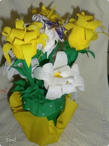 """Здравствуйте всем! Приготовила подарок хорошему человеку и в дополнение решила сделать конфетный букетик. Цветочки """"неизвестной породы"""", но вроде не плохо. Конфеты попались тяжелые, пришлось декорировать стеклянную банку (пластик и корзинка упали бы). Буду рада любым комментариям. Спасибо!!! фото 3"""