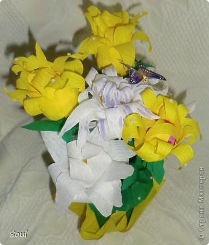 """Здравствуйте всем! Приготовила подарок хорошему человеку и в дополнение решила сделать конфетный букетик. Цветочки """"неизвестной породы"""", но вроде не плохо. Конфеты попались тяжелые, пришлось декорировать стеклянную банку (пластик и корзинка упали бы). Буду рада любым комментариям. Спасибо!!! фото 4"""