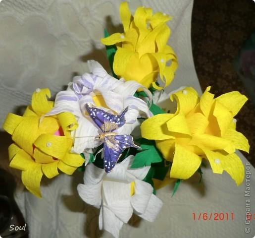 """Здравствуйте всем! Приготовила подарок хорошему человеку и в дополнение решила сделать конфетный букетик. Цветочки """"неизвестной породы"""", но вроде не плохо. Конфеты попались тяжелые, пришлось декорировать стеклянную банку (пластик и корзинка упали бы). Буду рада любым комментариям. Спасибо!!! фото 1"""