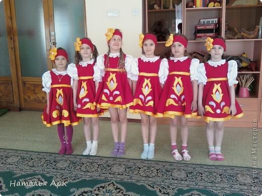 """Такие костюмы я сшила за 2 недели до конкурса """"Солнечные лучики"""", который проходил в нашем городе для детей дошкольного возраста. Фото сделано на рабочей репетиции, поэтому девочки без велых гольфов. фото 1"""