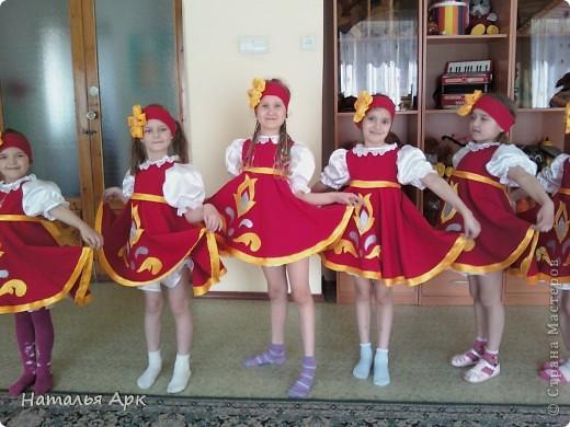 """Такие костюмы я сшила за 2 недели до конкурса """"Солнечные лучики"""", который проходил в нашем городе для детей дошкольного возраста. Фото сделано на рабочей репетиции, поэтому девочки без велых гольфов. фото 3"""