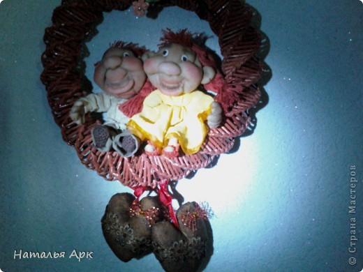 """Такую подвеску сделала для себя. """"Кольцо"""" из журнальных трубочек , а куклы из трикотажного текстиля. фото 2"""