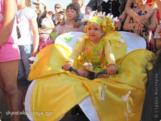 Наша дочка в своей чудо-коляске. фото 1