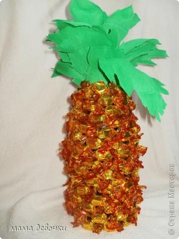 вот такой ананас получился у меня, за идею спасибо Мальве http://stranamasterov.ru/node/195506?c=favorite Клеила на двухсторонний скотч, ушло чуть меньше 500гр. конфет, листья из упаковочной бумаги для цветов! фото 1