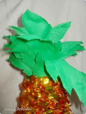 вот такой ананас получился у меня, за идею спасибо Мальве http://stranamasterov.ru/node/195506?c=favorite Клеила на двухсторонний скотч, ушло чуть меньше 500гр. конфет, листья из упаковочной бумаги для цветов! фото 2