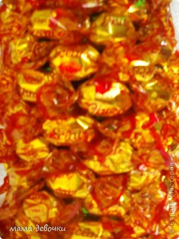 вот такой ананас получился у меня, за идею спасибо Мальве http://stranamasterov.ru/node/195506?c=favorite Клеила на двухсторонний скотч, ушло чуть меньше 500гр. конфет, листья из упаковочной бумаги для цветов! фото 3