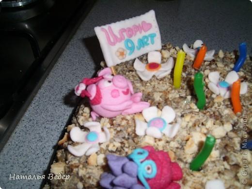 """Вот такой домашний тортик был приготовлен для нашего сыночка Игорёчка,которому вчера исполнилось 9 лет! торт сделан из пряников,разрезанных пополам и """"выкупанных"""" в сметане с сахаром,выкладывались слоями,слой пряники,слой манная каша(круто сваренная) с добавлением в одну часть чернослива в другую банан,сверху шоколад и обсыпка из печенья толченого и зерен подсолнечника...и собственно фигурки из мастики(сделаны из маршмеллоу и сахарной пудры)! фото 8"""