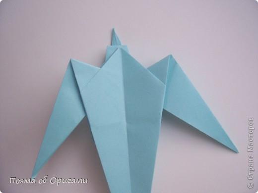 Помните выражение: «свободный, как птица»? Разве это не прекрасно иметь крылья за спиной и парить под солнцем рядом с другими, но не менее свободными  птицами? Даже и не сомневайтесь, в каждом из нас живет одна из таких свободных и прекрасных созданий. Вот бы вовремя раскрыть ее в себе и ясно видеть в других людях… Наша оригами подвеска состоит их трех замечательных птиц: голубя, чайки и ласточки. А так же солнца и тучек. Все элементы складываются очень просто из одинаковых по размеру квадратов.  фото 12
