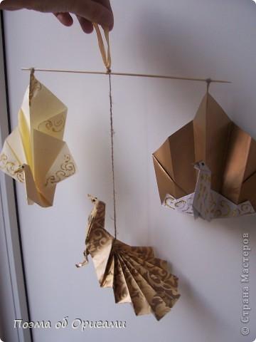 Благодаря пышному, распускаемому веером хвосту, павлин известен как одна из самых красивых птиц в мире. А потому, неспроста в технике оригами известно огромное количество моделей таких красавиц. Эта подвеска состоит сразу из трех видов фигурок данных пернатых. фото 20