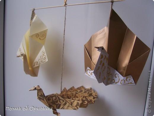 Благодаря пышному, распускаемому веером хвосту, павлин известен как одна из самых красивых птиц в мире. А потому, неспроста в технике оригами известно огромное количество моделей таких красавиц. Эта подвеска состоит сразу из трех видов фигурок данных пернатых. фото 1