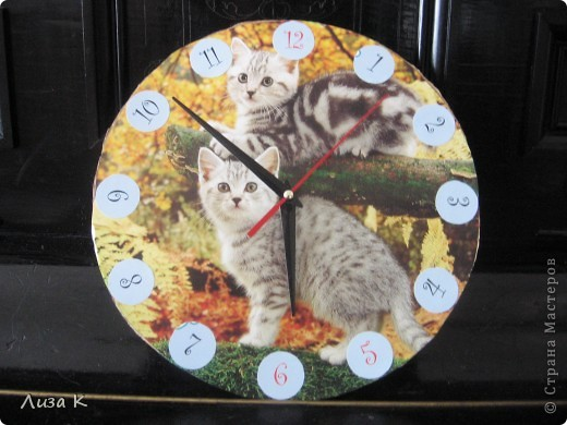 Это часы, которые легко можно сделать своими руками. Они могут стать хорошим украшением интерьера. фото 4