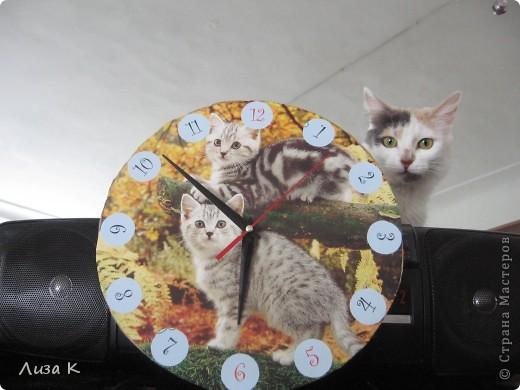 Это часы, которые легко можно сделать своими руками. Они могут стать хорошим украшением интерьера. фото 1
