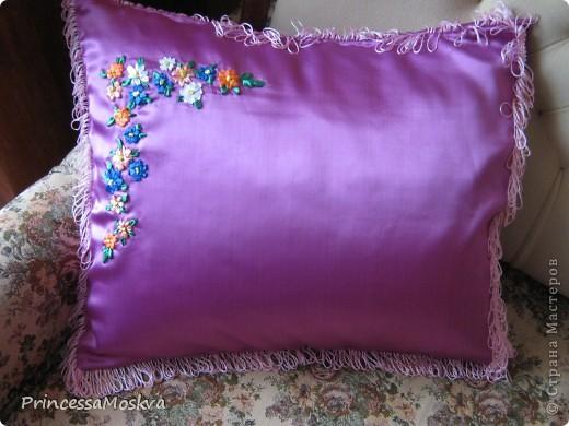 Отец попросил сшить ему диванную подушечку к дню рождения-вот что получилось.Лентами вышивала впервые-немного кривовато,впредь обязуюсь быть аккуратнее. фото 1