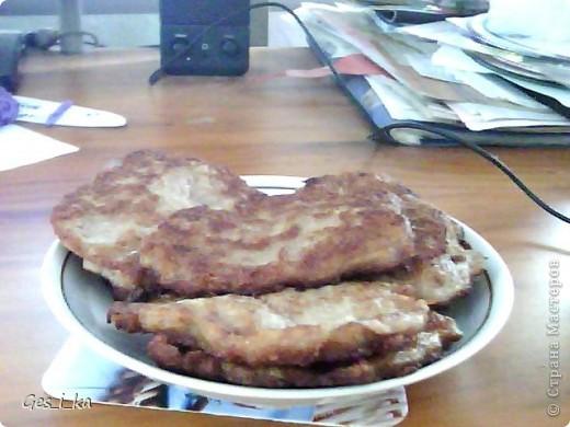 для мясных оладий берут 1 кг фарша, 250 г майонеза, 3 яйца, муки столько, чтоб получилось как тесто для обыкновенных оладий, соль и перец по вкусу. Жарим на растительном масле до румяной корочки. фото 1