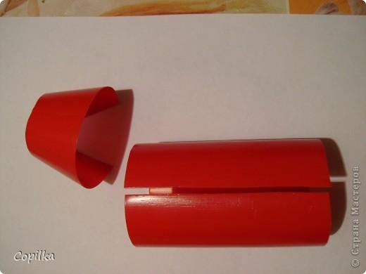 Итак, у бутылки из под кетчупа срезаем горлышко и дно, разрезаем её на две части фото 1
