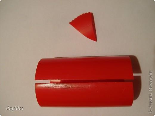 Итак, у бутылки из под кетчупа срезаем горлышко и дно, разрезаем её на две части фото 3