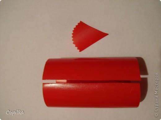 Итак, у бутылки из под кетчупа срезаем горлышко и дно, разрезаем её на две части фото 4
