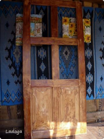 """Наконец-то я до нее добралась!!! это наша межкомнатная дверь.  она полностью деревянная (не как теперешние современные из ДСП). в 2000 г мы ее не удачно покрыли лаком, на стекла наклеяли самоклеющуюся пленку под витраж с стилизоваными цветами. и в таком виде она у нас существовала до нынешнего времени. я думала ее заменить, уговаривала мужа, но все как-то не сросталось с временем и финансами.  и вот на этапе декорирования дачного стола с табуретами, я уже начала косить глазом на эту убожество-дверь....подала клич мужу, что готова взяться за ее имидж и характер. муж видимо был внутренне рад, что не прийдеться тратить бюджет на новую дверь и я с него """"слезу"""", потому что он как то быстро и сразу согласился снять двери с петель и освободить все навесы. но видимо не зря говорят: чем бы жена не тешилась, лишь бы мужу без проблем...так быстро, что я забыла ее изначально сфоткать. фото 2"""