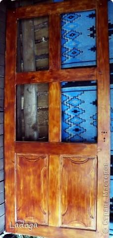 """Наконец-то я до нее добралась!!! это наша межкомнатная дверь.  она полностью деревянная (не как теперешние современные из ДСП). в 2000 г мы ее не удачно покрыли лаком, на стекла наклеяли самоклеющуюся пленку под витраж с стилизоваными цветами. и в таком виде она у нас существовала до нынешнего времени. я думала ее заменить, уговаривала мужа, но все как-то не сросталось с временем и финансами.  и вот на этапе декорирования дачного стола с табуретами, я уже начала косить глазом на эту убожество-дверь....подала клич мужу, что готова взяться за ее имидж и характер. муж видимо был внутренне рад, что не прийдеться тратить бюджет на новую дверь и я с него """"слезу"""", потому что он как то быстро и сразу согласился снять двери с петель и освободить все навесы. но видимо не зря говорят: чем бы жена не тешилась, лишь бы мужу без проблем...так быстро, что я забыла ее изначально сфоткать. фото 1"""