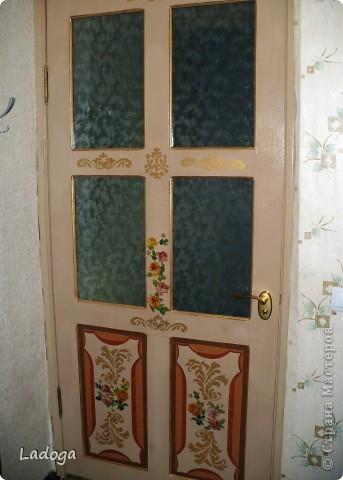 """Наконец-то я до нее добралась!!! это наша межкомнатная дверь.  она полностью деревянная (не как теперешние современные из ДСП). в 2000 г мы ее не удачно покрыли лаком, на стекла наклеяли самоклеющуюся пленку под витраж с стилизоваными цветами. и в таком виде она у нас существовала до нынешнего времени. я думала ее заменить, уговаривала мужа, но все как-то не сросталось с временем и финансами.  и вот на этапе декорирования дачного стола с табуретами, я уже начала косить глазом на эту убожество-дверь....подала клич мужу, что готова взяться за ее имидж и характер. муж видимо был внутренне рад, что не прийдеться тратить бюджет на новую дверь и я с него """"слезу"""", потому что он как то быстро и сразу согласился снять двери с петель и освободить все навесы. но видимо не зря говорят: чем бы жена не тешилась, лишь бы мужу без проблем...так быстро, что я забыла ее изначально сфоткать. фото 3"""