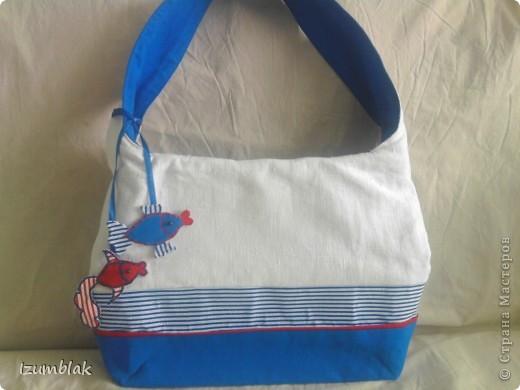 """Прошлым летом безуспешно пыталась купить сумку в """"морском стиле"""". Критериев было всего 2: бело - синяя гамма и что бы помещалась папка с документами формата А-4.  Так и не найдя ничего подходящего, решила сшить сама. Вот эта сумка моей мечты.  фото 6"""