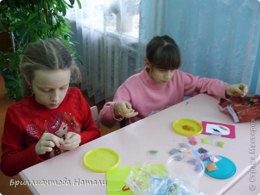 """Добро пожаловать в наше детское творческое объединение """"Первоцвет"""".  Здесь мы играем, рисуем, вышиваем, плетем из бисера и бусин и мастерим различные сувениры.  фото 8"""