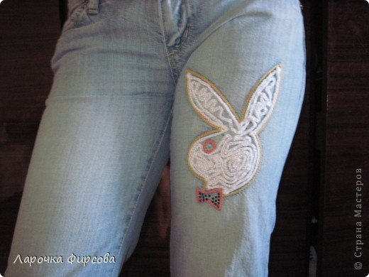 Дело было так. Подарили мне джинсики с замечательным зайцем на штанине. Заец был полностью выложен стразами, которые, естественно, при стирках потихоньку отваливались. Если б только это - было бы еще куда ни шло. Но отваливались только стразики, а их основа оставалась и выглядела просто ужасно. Отодрать ее нельзя никакими силами, уж чего я только не пробовала. В итоге придумала вот такой декор обыкновенной цепочкой из воздушных петель. фото 4