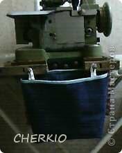 Здравствуйте,показываю своё решение проблемы,для тех у кого есть оверлок.Я предлагаю вам сшить мешочек для обрезков ткани,которыми любит мусорить эта очень нужная машинка. фото 2