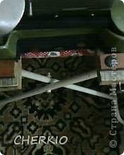 Здравствуйте,показываю своё решение проблемы,для тех у кого есть оверлок.Я предлагаю вам сшить мешочек для обрезков ткани,которыми любит мусорить эта очень нужная машинка. фото 4