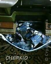 Здравствуйте,показываю своё решение проблемы,для тех у кого есть оверлок.Я предлагаю вам сшить мешочек для обрезков ткани,которыми любит мусорить эта очень нужная машинка. фото 22