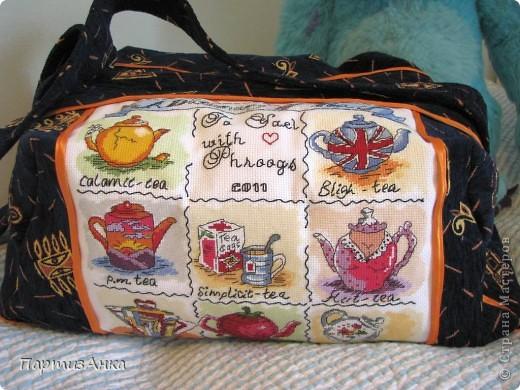 """Людииии!!!! Я тоже сделала СУМКУ!!! Ух, какой это для меня шаг вперёд, вы даже не представляете! А теперь подробности - сильно хотелось сделать какую-нить хандмэйду прекрасному человеку, очень-очень много сделавшему для меня и моего мальчика. Так и родилась идея сумки. Т.к. человек англоговорящий, то выбрала я дизайн от Bothy Threads """"A Dictionary of Tea"""": http://www.bothythreads.com/dictionary-of-tea-p-167.html . Думала словарь лифчиков вышить,вот этот: http://www.bothythreads.com/dictionary-bras-p-168.html , но побоялась, вдруг не так поймут:) Шила просто запоем, по перенабору, найденому на девичнике, нитками ДМС на их же 14-й аиде.Всё вместе - и вышивка, и шитьё - заняло ровно 3 недели. Прекрасный МК по пошиву сумок нашла вот здесь: http://dublirin.com.ua/we_sew_trapez.html  А вот и результат. фото 1"""