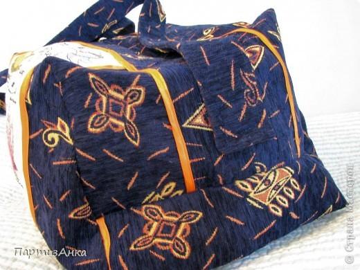 """Людииии!!!! Я тоже сделала СУМКУ!!! Ух, какой это для меня шаг вперёд, вы даже не представляете! А теперь подробности - сильно хотелось сделать какую-нить хандмэйду прекрасному человеку, очень-очень много сделавшему для меня и моего мальчика. Так и родилась идея сумки. Т.к. человек англоговорящий, то выбрала я дизайн от Bothy Threads """"A Dictionary of Tea"""": http://www.bothythreads.com/dictionary-of-tea-p-167.html . Думала словарь лифчиков вышить,вот этот: http://www.bothythreads.com/dictionary-bras-p-168.html , но побоялась, вдруг не так поймут:) Шила просто запоем, по перенабору, найденому на девичнике, нитками ДМС на их же 14-й аиде.Всё вместе - и вышивка, и шитьё - заняло ровно 3 недели. Прекрасный МК по пошиву сумок нашла вот здесь: http://dublirin.com.ua/we_sew_trapez.html  А вот и результат. фото 2"""