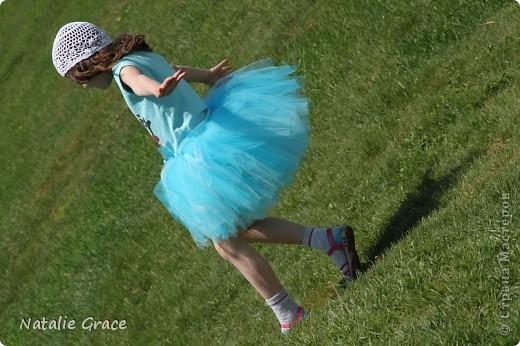 красиво смотрится такой цвет юбочки на фоне ярко-зеленой травы)) фото 3