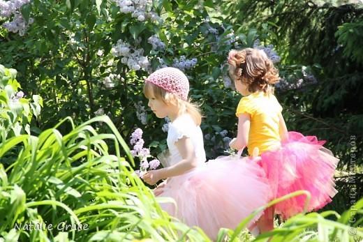 красиво смотрится такой цвет юбочки на фоне ярко-зеленой травы)) фото 2
