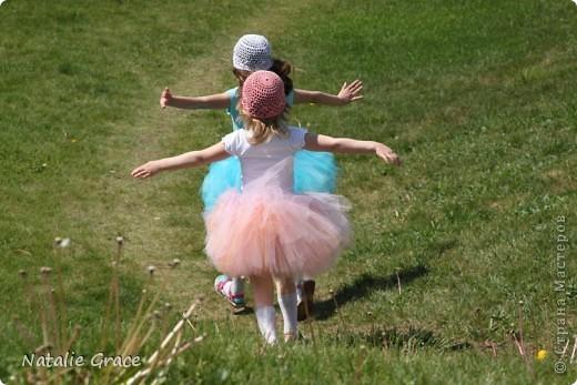 красиво смотрится такой цвет юбочки на фоне ярко-зеленой травы)) фото 4