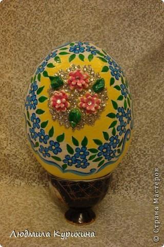 Страусиное яйцо.  Роспись, в центре цветы из солёного теста.