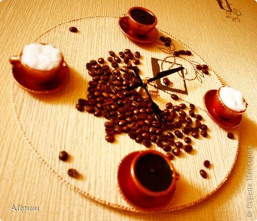 """Часы """"Горячий шоколод и капучино"""".Виниловая пластинка,обои,чашечки из детского сервиза,кофейные зёрна,акриловая бронзовая краска,лак,вата,герметик акриловый,контур,часовой механизм. фото 2"""